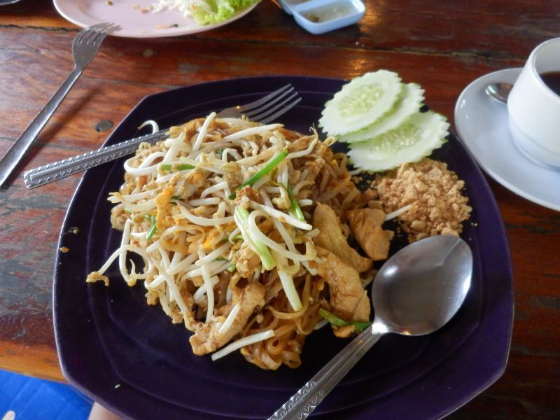 Pad Thai mit Chicken = 50 THB ( ca. 1,30 THB )